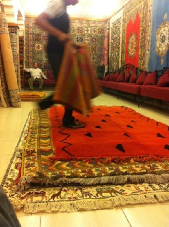 Medina Sightseeing Tours : having mint tea whilst getting a demo of the hand made rugs
