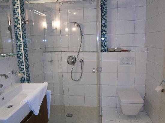 Schloss Prielau Hotel & Restaurants: bathroom in Gerti suite