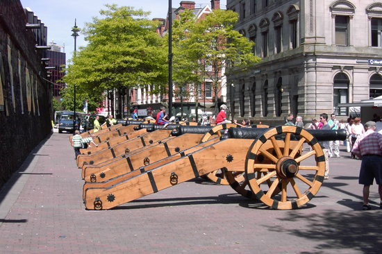 Tours n' Trails : 17th century Cannons, Guildhall Sq, Derry