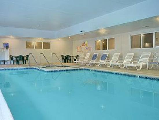 Howard Johnson Inn & Suites Allentown/Dorney: Indoor swimming pool and hot tub