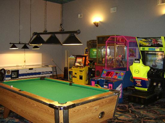 Comfort Inn Splash Harbor: game room. Games on the other side of the room too.