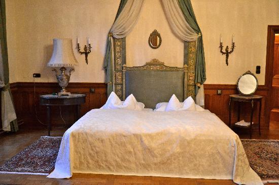 Hotel Schloss Obermayerhofen: bed fit for a king