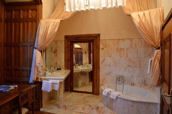 Hotel Schloss Obermayerhofen: massive bath