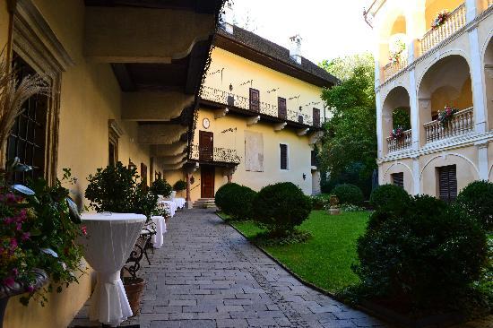 Hotel Schloss Obermayerhofen: courtyard