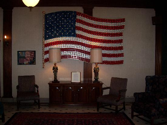 Penn Wells Hotel & Lodge: Flag in Lobby