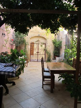 Casa Antica: Back courtyard (we bought wine and relaxed back here during our stay)