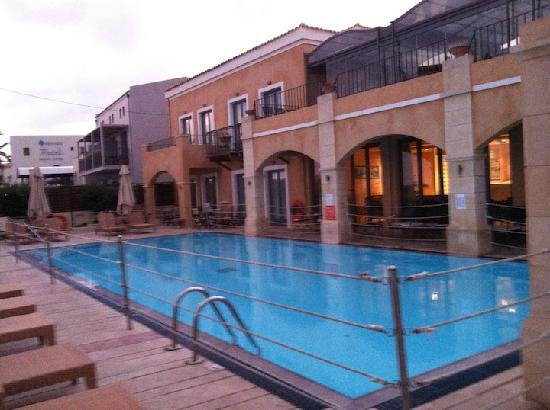 Grecotel Plaza Spa Apartments : entranceway pool