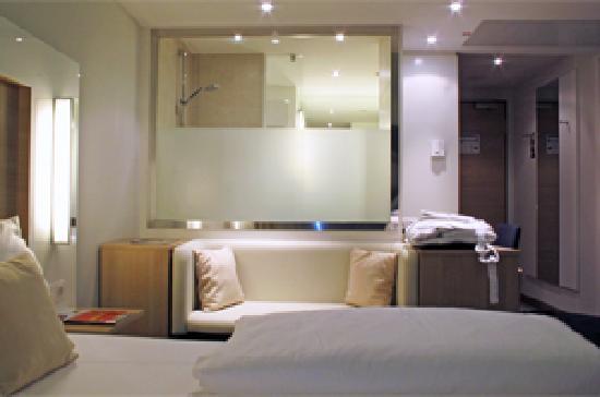 Welcome Hotel Frankfurt: Welcome Hotel - Sofa und Fenster zum Bad