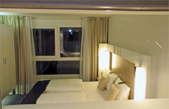 Welcome Hotel Frankfurt : Durchblick vom Bad ins Zimmer