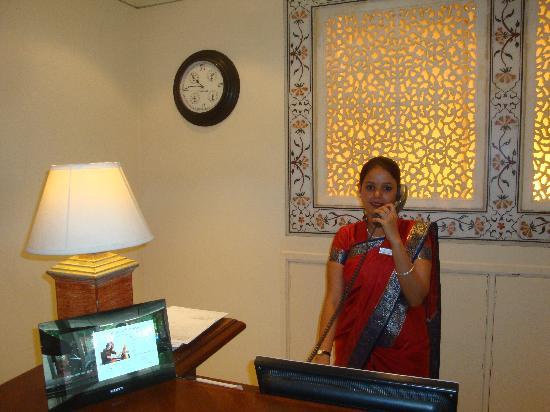 The Gateway Hotel, Agra: una gentile addetta alla reception