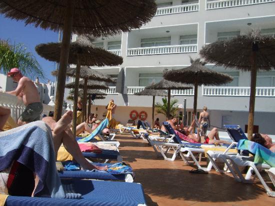 Blue Sea Lagos de Cesar: Lounger at pool area - very narrow passage