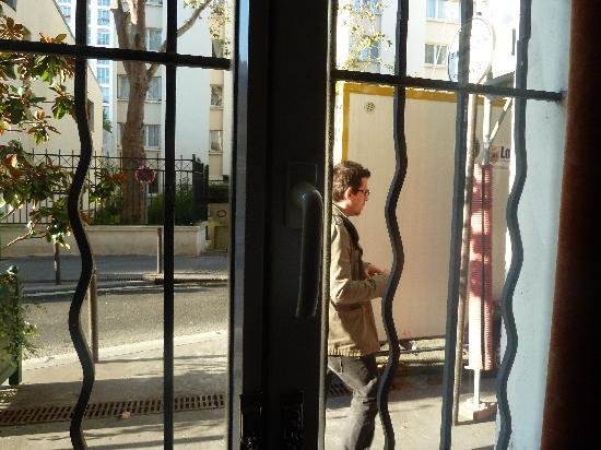 Ibis Paris Maine Montparnasse 14eme : ventana con posibilidad de saludar a viandantes