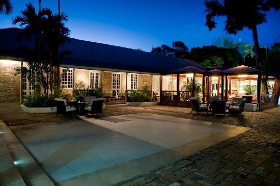 Island Inn Hotel: Courtyard at Night