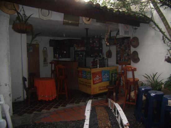 Palm Tree Hostal Medellin: el bar y un pequeño patio