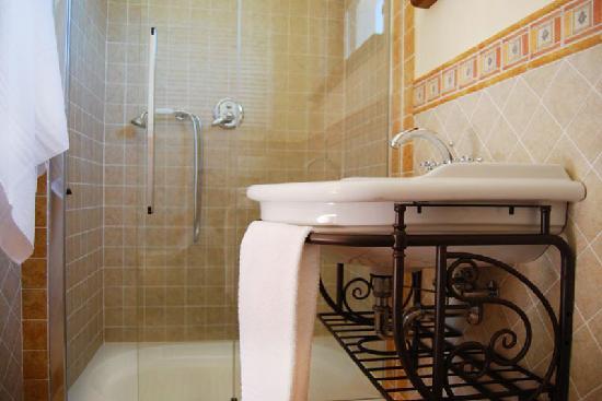 Al Vecchio Rotone: Il bagno della stanza Sole, sempre con piatto doppio.