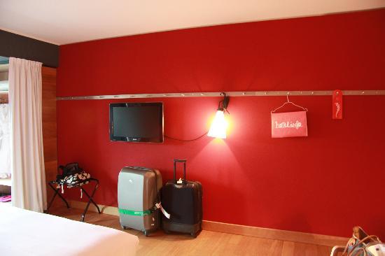 Casa Camper Berlin: Tele, perchas y luz original