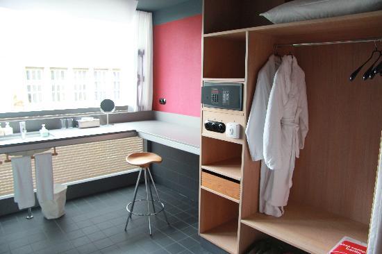 Casa Camper Berlin: Armario, Lavabo y Ventana