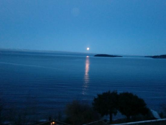 Beach Hideaway Bed and Breakfast & Spa : See an Early Morning moon setting!