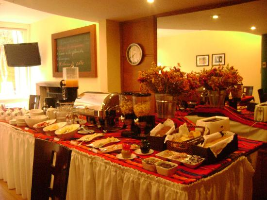 Basadre Suites Boutique Hotel: Buffet Breakfast