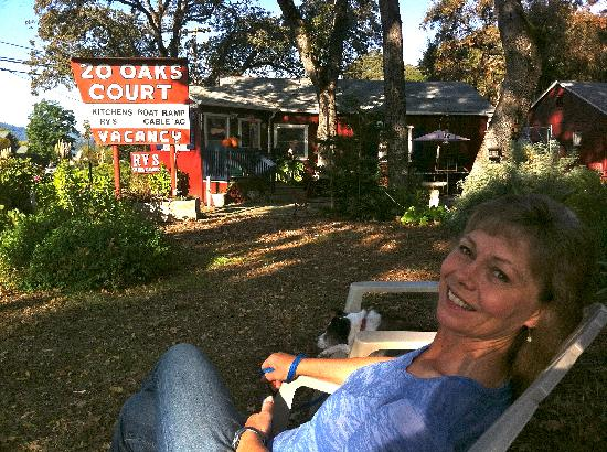 20 Oaks Cottages & RV Park: Relaxing with the dog in the court yard