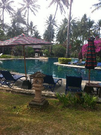 ฮอลิเดย์ รีสอร์ท ลอมบอก: The pool at the hotel