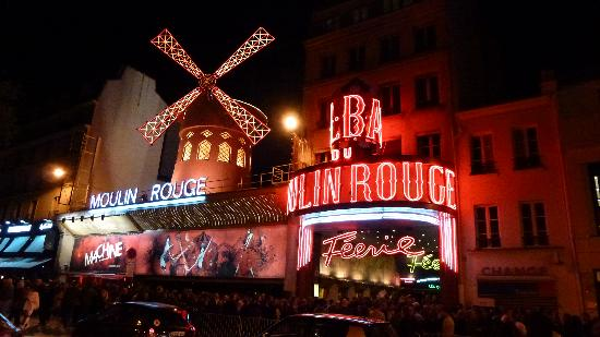 Moulin Rouge: Waiting line for the 11 pm show