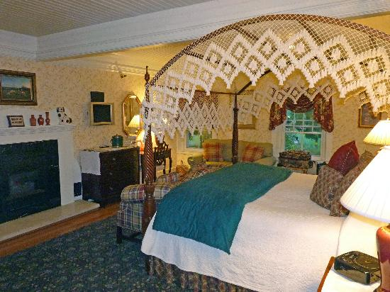 The Inn at Ormsby Hill: Lincoln Room (you can see the fireplace from the tub)