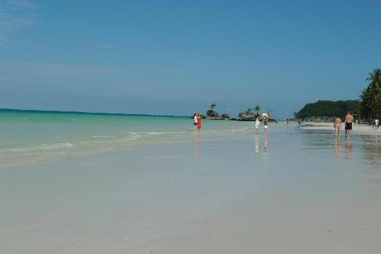 Beachcomber Resort Boracay: wide shore line in front of the resort