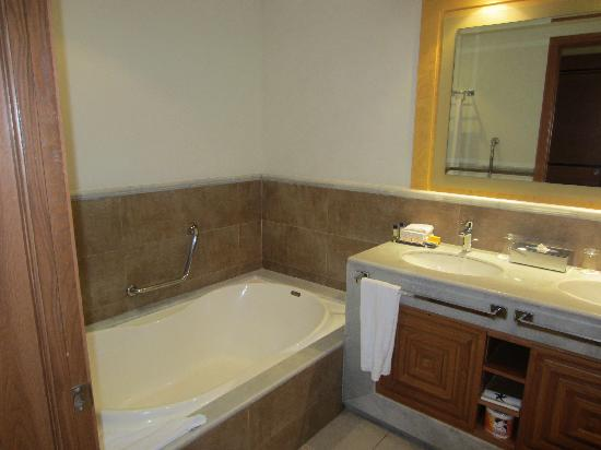 Iberostar Rose Hall Suites: bathroom w/ double sink