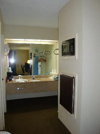 Best Western Airport Inn: Bathroom vanity with the micro/frig in the wall