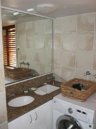 Julians Apartments: bathroom