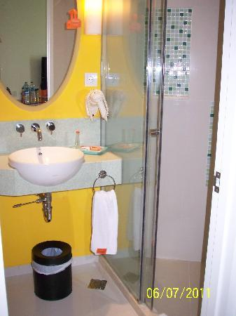 Harris Hotel & Conventions Festival CityLink Bandung: Shower and wash basin