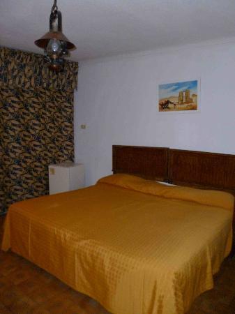 Alcazar Hotel: bed