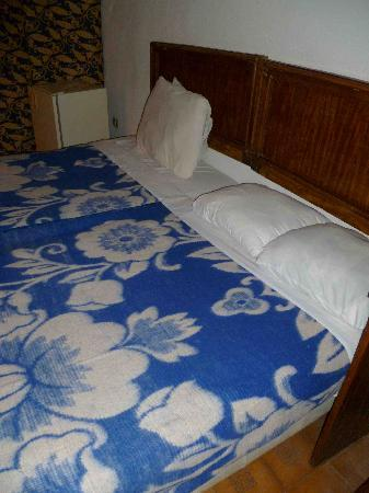 Alcazar Hotel: bed without cover
