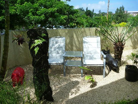 Traveller's Budget Motel: Peaceful outdoor seating area