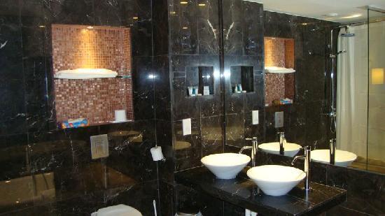 Odessa Beach Hotel: The marble bathroom