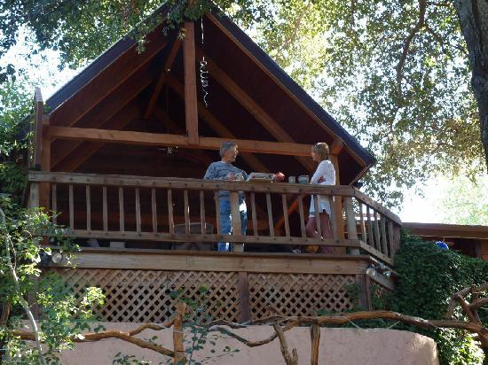 Wikiup Bed and Breakfast: Sandy and Lee on the entrance deck