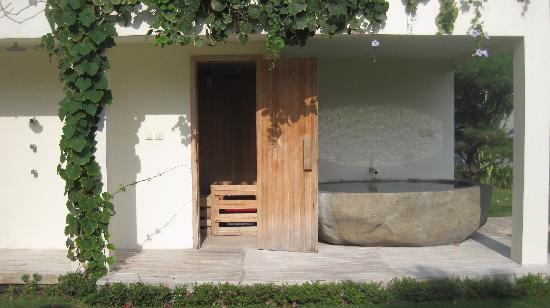 Villa Casa Mateo: The tub outside the sauna