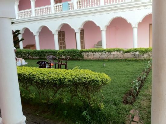 Hotel Santana: garden side view