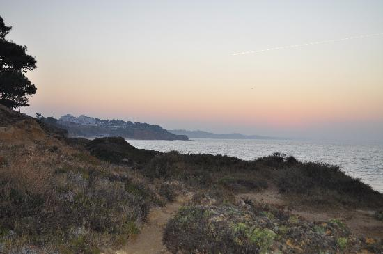 Alfagar Aldeamento Turistico: Sunrise from one of the clifs at the beach