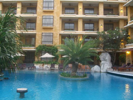 Mantra Pura Resort & Spa: プールサイドからホテル棟を臨む。
