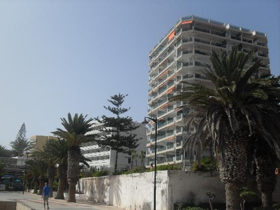 Comodoro Apartments: hotel from beach side
