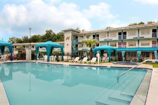 Howard Johnson Inn - Ocala FL: Heated Outdoor Pool with Jacuzzi