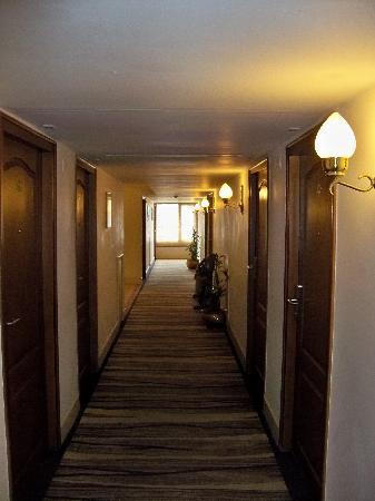 Hotel Abad Plaza: Corridors of Abad plaza