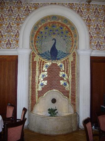 Hotel Palatinus City Center: Fontaine Art N ouveau dans la salle du petit déjeuner