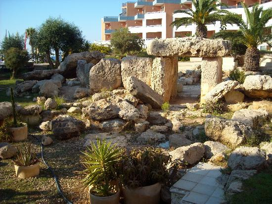 Dolmen Hotel Malta: Bugibba temple in the gardens at the Dolman