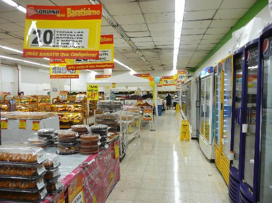Los Cuates de Cancun: Soriana, 4 Min. zu Fuss entfernt - Shopping-Center