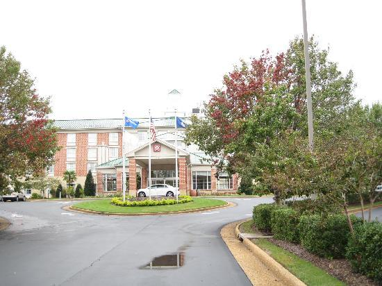 Hilton Garden Inn Williamsburg: View from the hotel drive off Richmond Road
