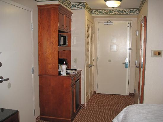 Hilton Garden Inn Williamsburg: Cabinets with mini-refrigerator and microwave
