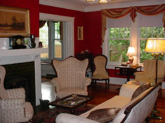 The Lowry House Inn: Living room w/fireplace